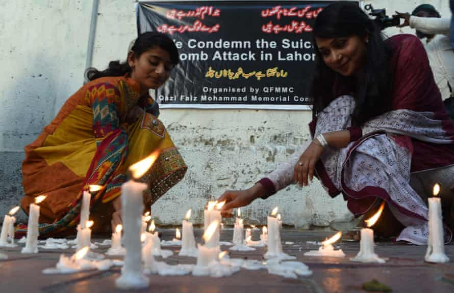Karachi residents light candles in tribute to the victims of the 27 March suicide bombing in Lahore