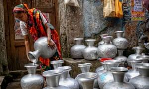 Dhaka, Bangladesh. 14th Nov, 2015. Nov. 14, 2015 - Dhaka, Bangladesh - Women collecting drinking water from deep tubewell. © Mohammad Ponir Hossain/ZUMA Wire/Alamy Live News