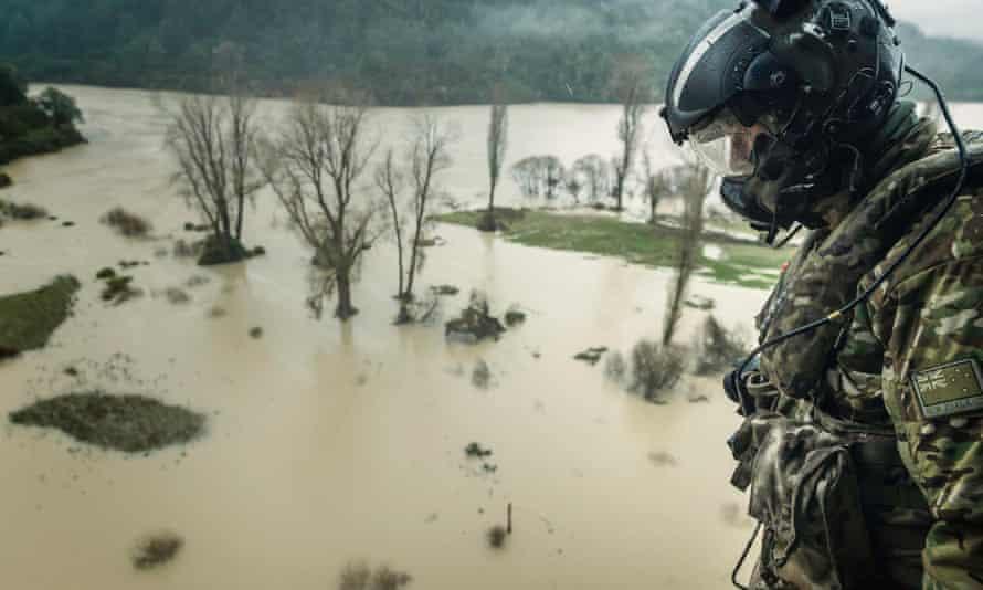 Las Fuerzas de Defensa de Nueva Zelanda ayudan a responder a las inundaciones en el distrito de Buller el mes pasado