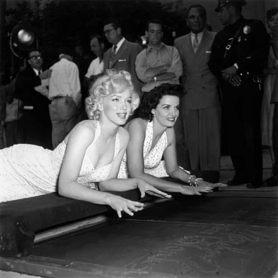 مرلین مونرو و جین راسل قصد داشتند در سال 1953 در تئاتر چینی گرومان در هالیوود دستان خود را به سیمان مرطوب فشار دهند.