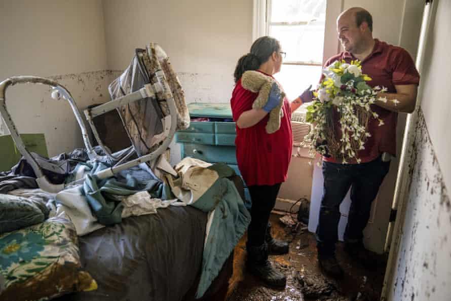 Anthony y Vanessa Yates encuentran su corona de bodas en su casa dañada por las inundaciones.