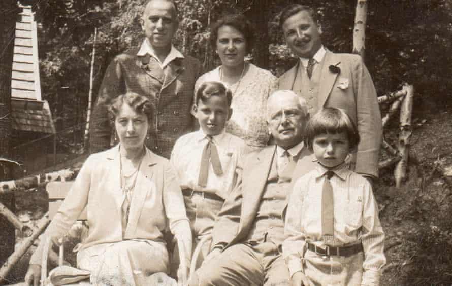 Un retrato de la familia Oppenheimer tomado a mediados de la década de 1930.  (los coleccionistas son el par más cercano al frente)