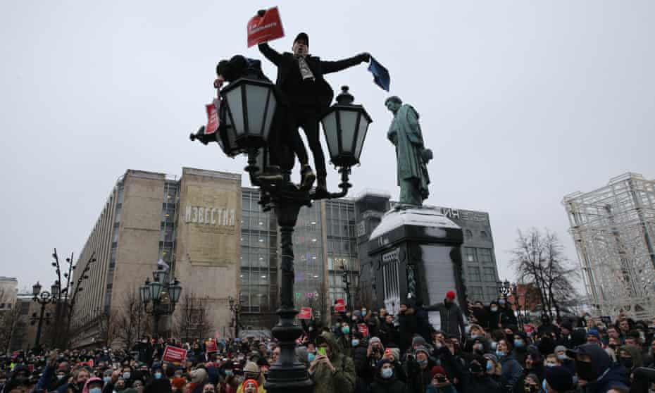 A protest in Moscow in support of Vladimir Putin critic Alexei Navalny, whose attackers were identified by Bellingcat