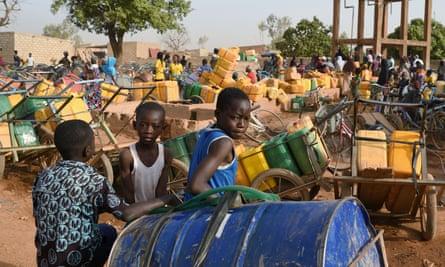 Anak-anak menunggu giliran untuk membeli air di Ouagadougou, Burkina Faso