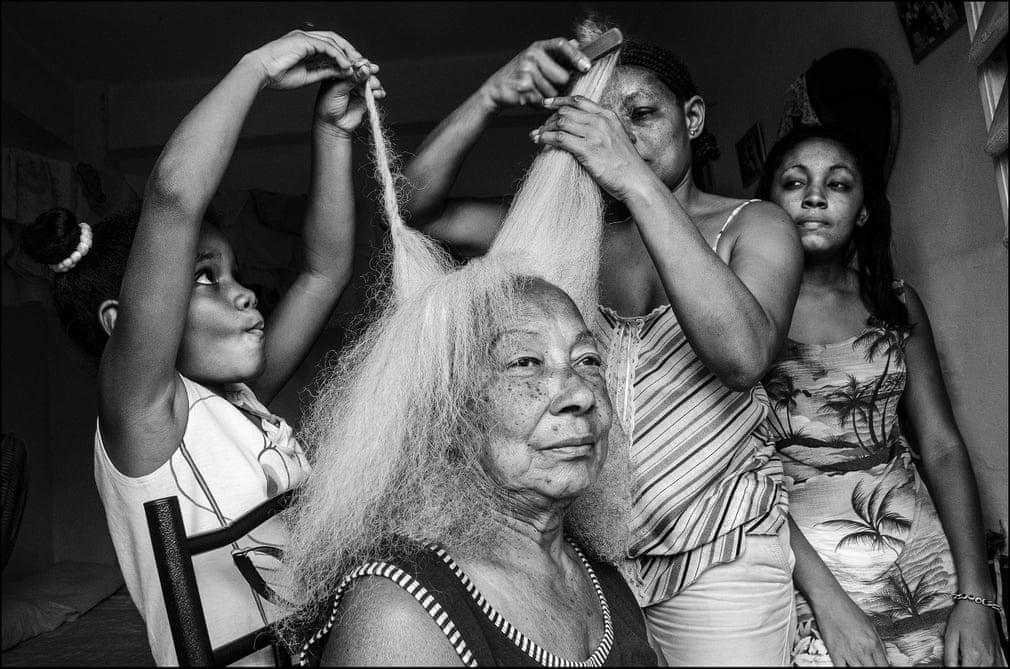 HAVANNA. Mit seinem ausgeprägten fotografischen Gespür fängt er vertraute Momente ein, das normale, alltägliche Leben in der Stadt oder auf dem Land. Aufnahmen wie diese machen ihn zu einem der begabtesten Fotografen Lateinamerikas. | Bildquelle: The Guardian | Bilder sind in der Regel urheberrechtlich geschützt