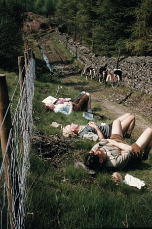 Cyclists enjoy a well-deserved rest in May 1959