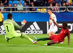 Arsenal's Héctor Bellerín fires in a shot during Spain's 3-1 win over Portugal at the European Under-21 Championship in Poland.