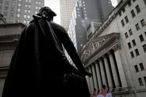 La bourse de New York, vu de derrière la statue de George Washington au Federal Hall