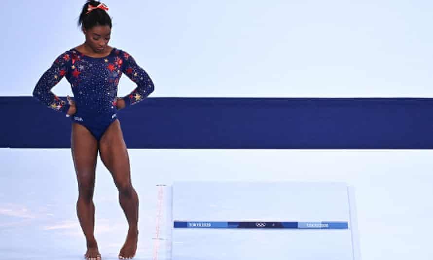 Simone Biles reacciona tras competir en el evento de salto de gimnasia artística de la clasificación femenina durante los Juegos Olímpicos de Tokio 2020