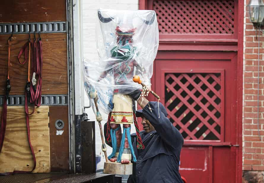 An investigator lifts a statue on to a truck while removing artifacts from the home of former Harrisburg mayor Steve Reed.