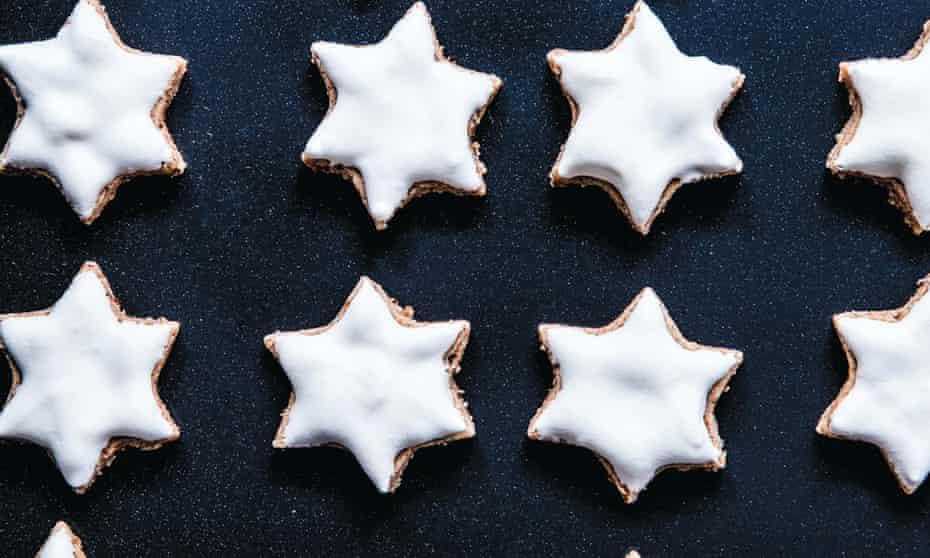 Cinnamon-almond meringue stars