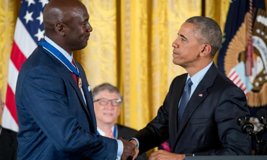 Michael Jordan receives the presidential medal of freedom from Barack Obama in 2016.