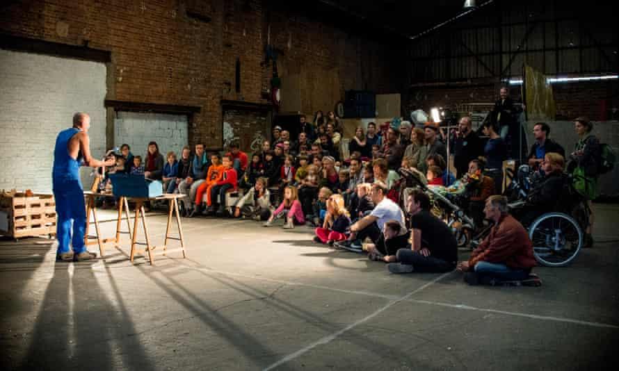 A performance in an Allée du Kaai warehouse during the family-friendly Sjoemelage festival in 2015.