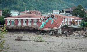 Μερικώς κατεστραμμένο κτίριο στην Ελλάδα