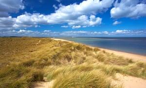Vịnh Holkham và Cảng Burnham nhìn từ cồn cát Burnham Overy Staithe.