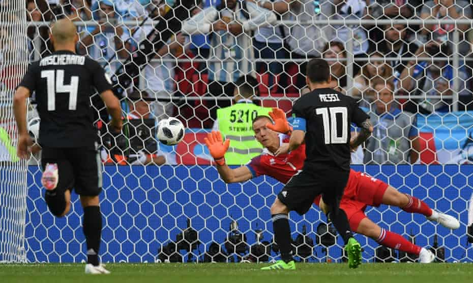 Hannes Thór Halldórsson saves Lionel Messi's penalty to keep Iceland level in their 1-1 draw with Argentina