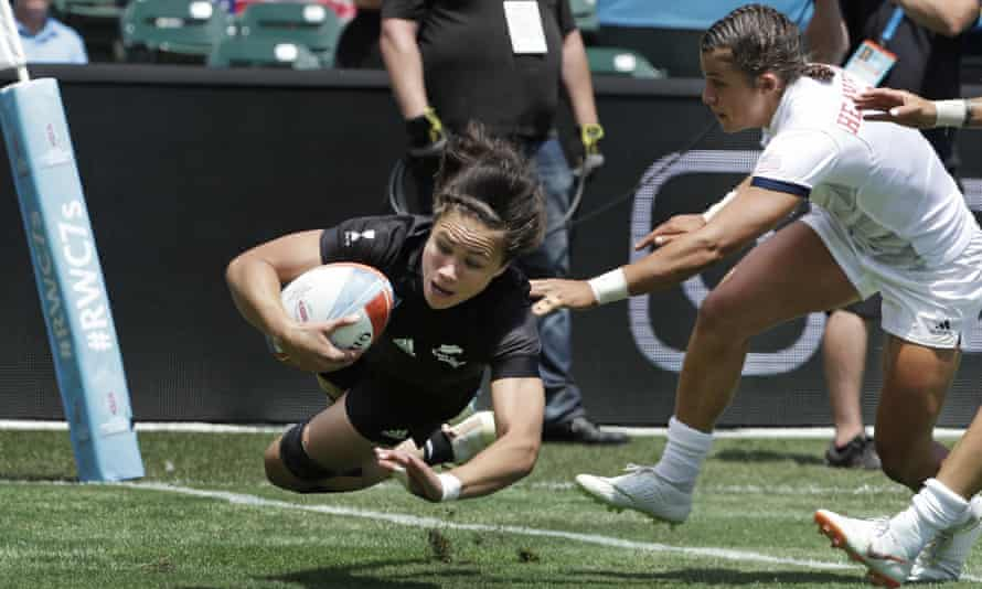 Ruby Tui scores for New Zealand against USA.