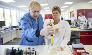 The prime minister visiting the Mologic laboratory