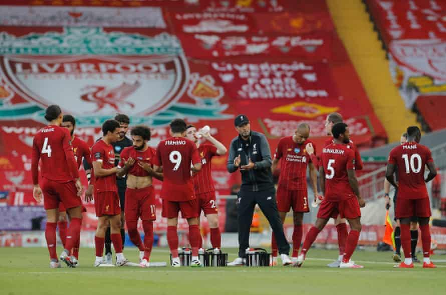 Liverpool's manager, Jürgen Klopp, talks to his team in a drinks break.