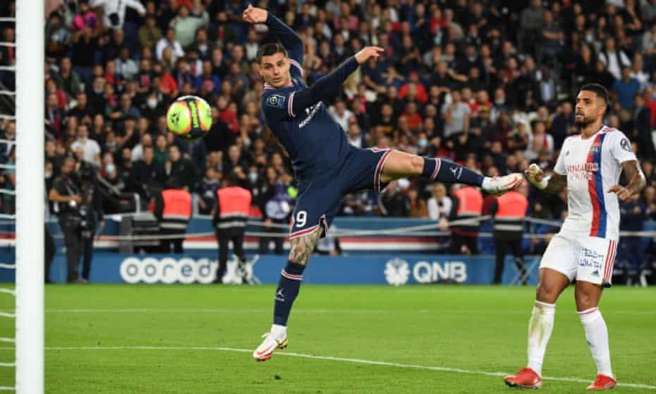 Mauro Icardi heads scores Paris Saint-Germain's late winner against Lyon at the Parc des Princes