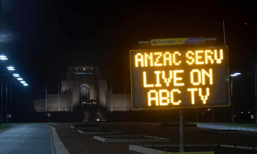 sign in front of warm memorial saying anzac service will be streamed on abc