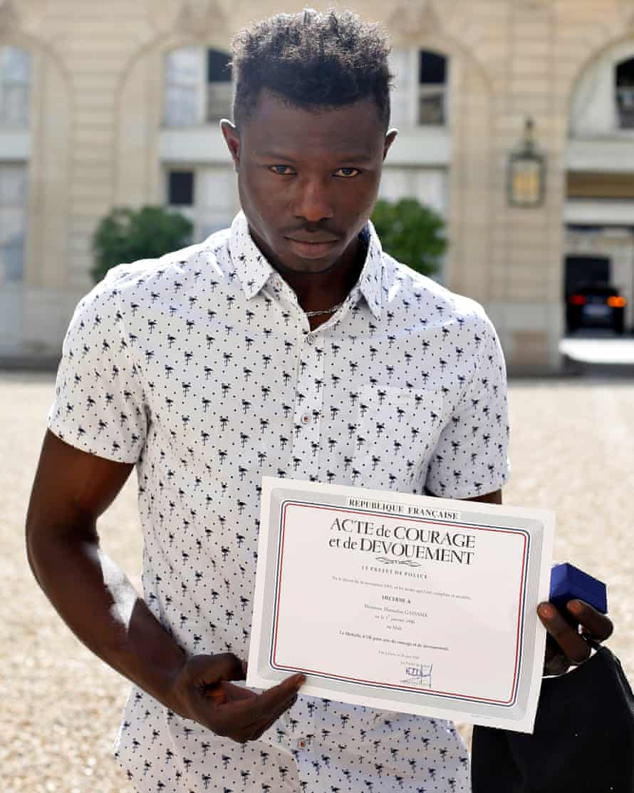 Mamoudou Gassama with a certificate of courage and dedication at the Élysée Palace.