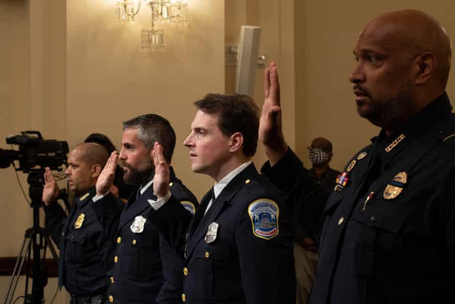 El sargento Aquilino Gonell de la policía del Capitolio de EE. UU., Michael Fanone de la policía metropolitana, Daniel Hodges de la policía metropolitana y Harry Dunn de la policía del Capitolio de EE. UU. Prestan juramento.