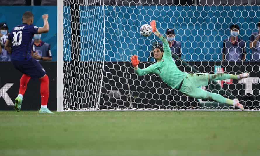 Yann Sommer saves Kylian Mbappé's penalty.