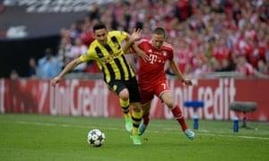 Borussia Dortmund's Ilkay Gündogan fends off the challenge from Bayern Munich's Franck Ribéry