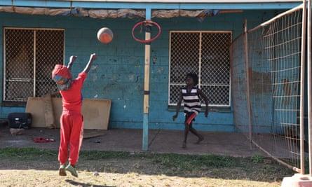 Children as construction begins on remote housing