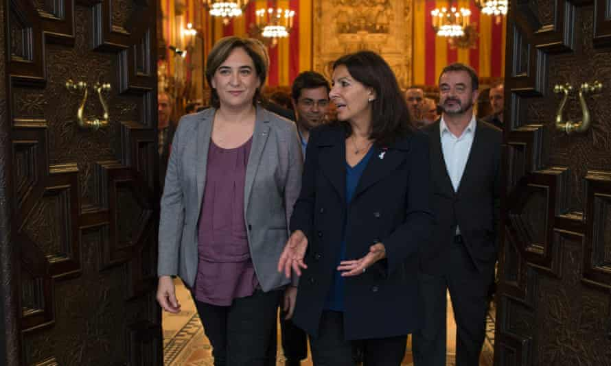 Ada Colau and Paris mayor Anne Hidalgo (r) leave Barcelona city hall after signing a collaboration agreement between their two cities.