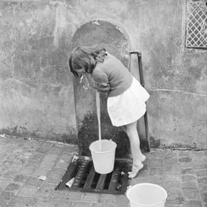 A child collects water in Algiers in January 1962
