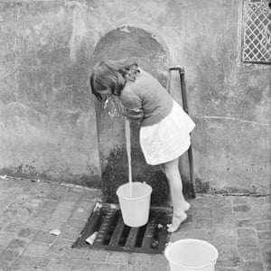 A child collects water in Algiers.