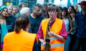 Ruth Verten and Silke Eberhard in the concert outside Hermanstrasse S-Bahn station
