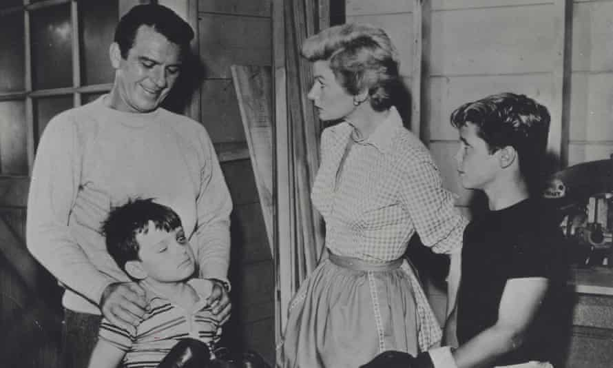 JERRY MATHERS with Hugh Beaumant, Tony Dow and Barbara Billingsley.Leave it to beaver.Supplied by Photos, inc. © Supplied By Globe Photos, Inc/Globe Photos/ZUMA Wire/Alamy Live NewsE9KR0A JERRY MATHERS with Hugh Beaumant, Tony Dow and Barbara Billingsley.Leave it to beaver.Supplied by Photos, inc. © Supplied By Globe Photos, Inc/Globe Photos/ZUMA Wire/Alamy Live News leave it to beaver