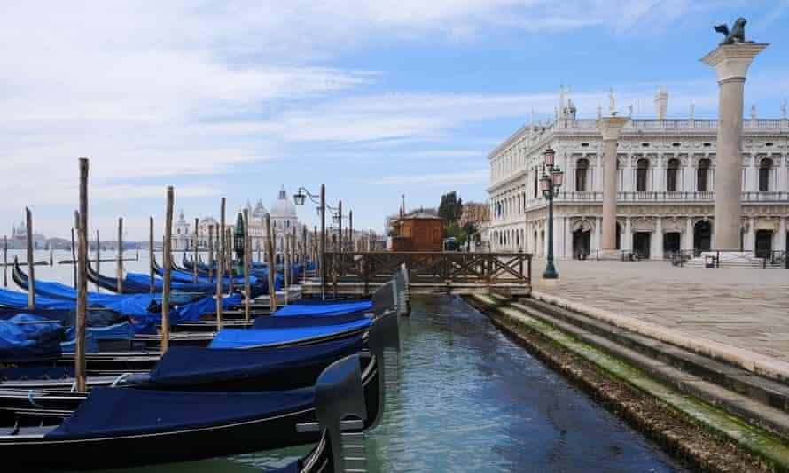 Gondola ditambatkan di tepi Lapangan St Mark