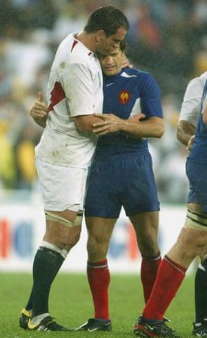 Fabien Galthié embraces Martin Johnson after the 2003 semi-final.