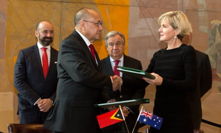 Australia's Julie Bishop (right) shakes hands with Timor-Leste minister Hermenegildo Augusto Cabral Pereira after signing treaty on 6 March, 2018.