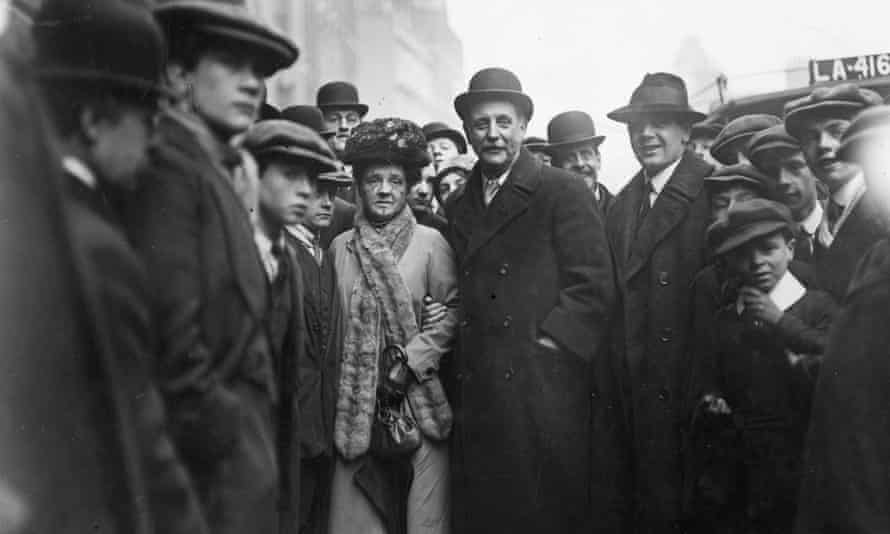George Lansbury and his wife Bessie arrive at Bow Street court in 1913.