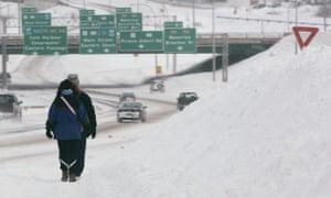暴雪使新斯科舍省达特茅斯的人行道无法使用。