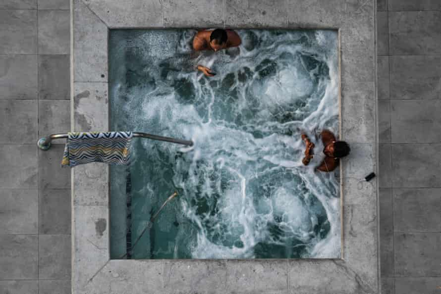 People take a jacuzzi bath in Florida.