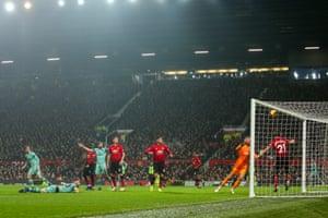 De Gea allows the ball to slip through both hands to gift Mustafi a goal.