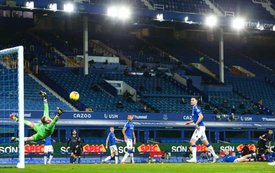riyad mahrez (sağda), manchester city'nin ikinci golünü kırıyor.