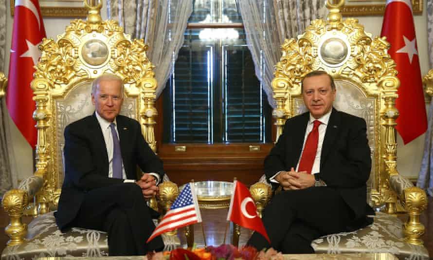 然后,左副总统乔·拜登(Joe Biden)于2016年在伊斯坦布尔的伊尔迪兹·马贝因宫(Yildiz Mabeyn Palace)会面之前,与土耳其总统雷杰普·塔伊普·埃尔多安(Recep Tayyip Erdogan)合影。