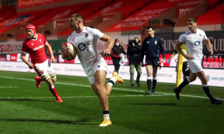 Henry Slade scores England's first try during their 24-13 victory over Wales in the Autumn Nations Cup match at Parc y Scarlets.
