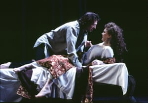 Ralph Fiennes (Hamlet) and Francesca Annis (Gertrude) at London's Hackney Empire in 2005