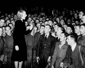 Vera Lynn entertains the troops in 1940