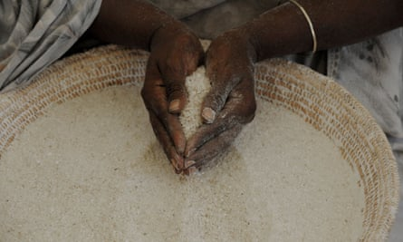 A Somali worker with maize, in Mogadishu