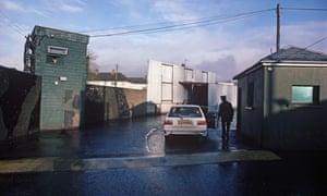 1985年北爱尔兰和爱尔兰共和国之间的Aughnacloy检查站。