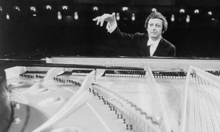 André Previn in 1977 performing on the piano while conducting the Pittsburgh Symphony Orchestra in Mozart's Piano Concert No 20 in D minor, for a television show, Previn and the Pittsburgh.